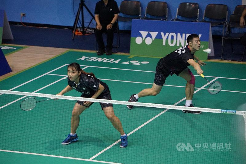 台灣「羽球王子」王子維(右)在2020第2次全國羽球排名賽,跨界與劉巧芸(左)聯手打混雙,希望透過比賽學習些新打法。中央社記者龍柏安攝 109年8月18日