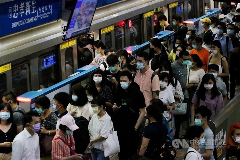 中央流行疫情指揮中心宣布,台灣26日沒有武漢肺炎新增個案。圖為民眾搭乘捷運戴口罩。(中央社檔案照片)