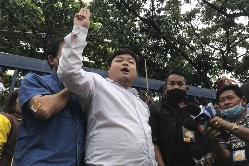 泰國知名學運領袖巴利(前左2)14日晚間被捕後交保,他已承諾會參加16日在曼谷民主紀念碑前舉行的集會。(美聯社)