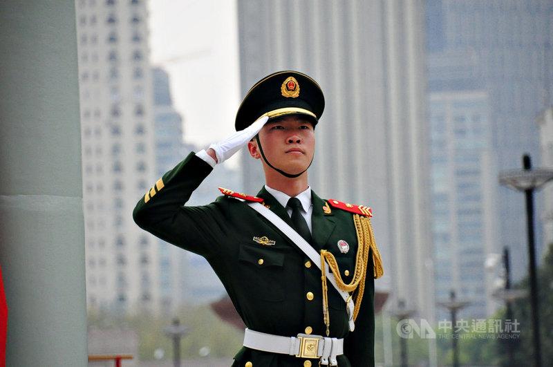 中國公安高官接連落馬,分析認為,中共總書記習近平在內外交迫下,試圖強化控制公安系統。圖為4月在上海人民廣場升旗的武警。中央社記者沈朋達上海攝 109年8月19日
