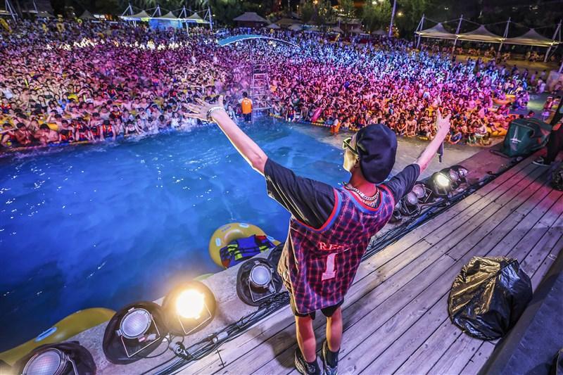 武漢是2019冠狀病毒疾病全球大流行起源地,法新社17日發布相片,在武漢某處泳池,大批民眾坐在游泳圈上,放眼望去人潮擠爆,未遵守社交距離,也未戴口罩。(法新社)