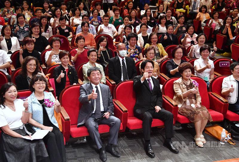 副總統賴清德(前左4)與衛福部長陳時中(前左3)20日在台北出席「護理人員COVID-19防疫感恩大會」,兩人與護理人員比讚合影。中央社記者王飛華攝 109年8月20日