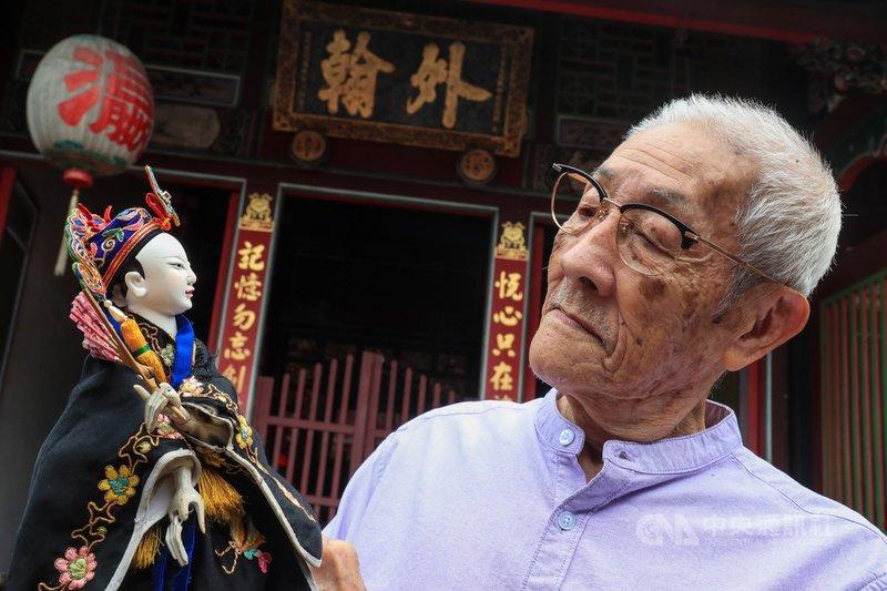 1931年出生的陳錫煌(圖),是布袋戲大師李天祿的長子,由於李天祿入贅陳家,娶了樂花園戲班女兒,按約定長子必須姓陳,因此陳錫煌才從母姓,不姓李。中央社記者吳家昇攝 109年8月20日