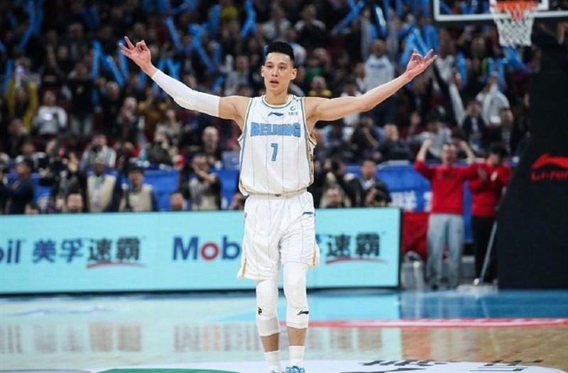 本季效力CBA北京首鋼的林書豪(前)在7月底已取得中華民國護照,根據中國對台26條規定,林書豪若仍在CBA效力,將可望被視為本土球員。(圖取自weibo.com/jlin7)