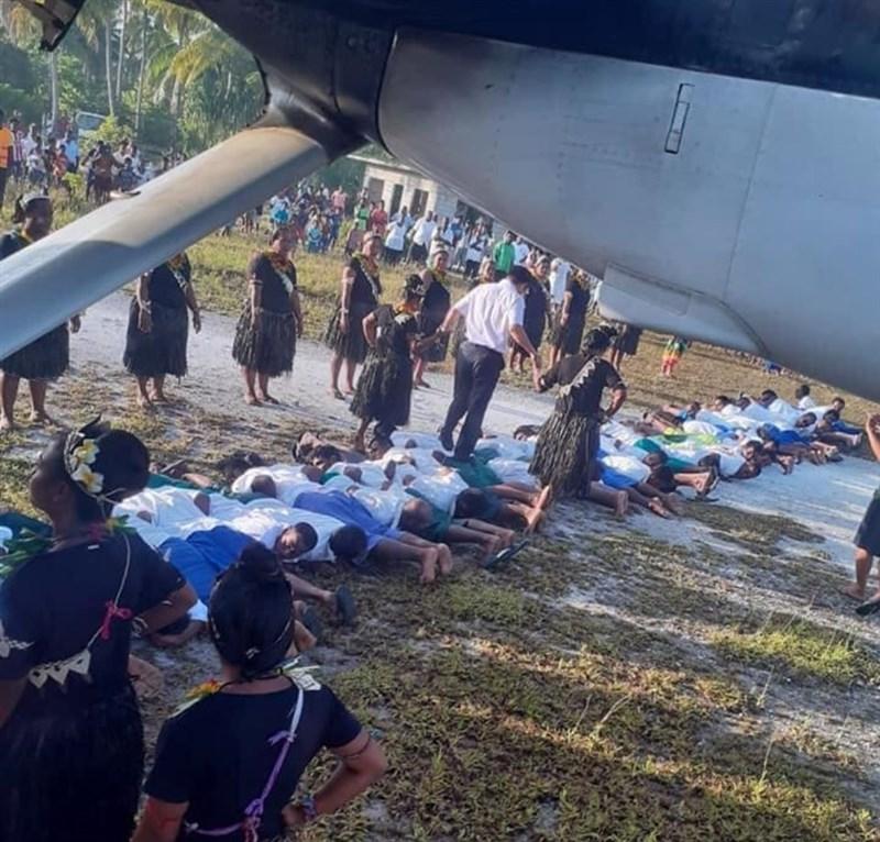 中國大使最近拜訪吉里巴斯一地,接受踩背而過的「人肉地毯」歡迎,照片流出後引發爭議。(圖取自facebook.com/groups/Pacificnewsroom)