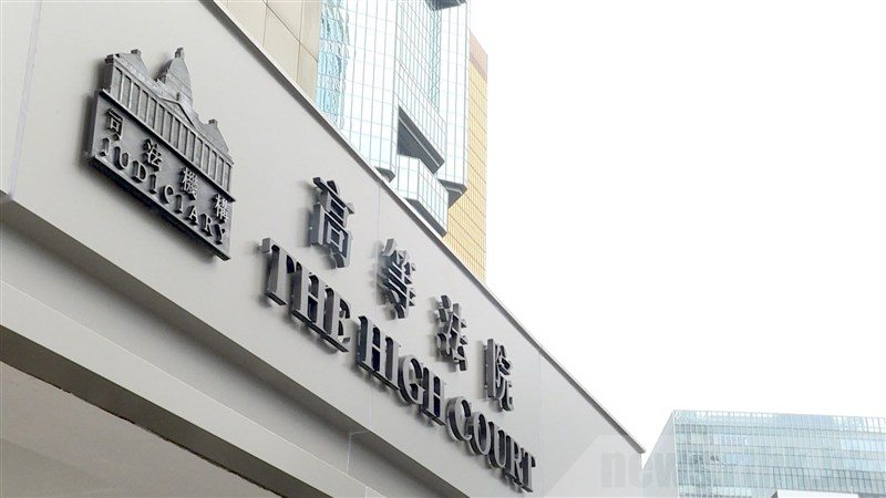 唐英傑在2020年香港「反送中」運動時騎機車衝向防暴警察,且機車上插著「光復香港,時代革命」旗幟。香港高等法院27日裁定唐英傑煽動他人分裂國家罪及恐怖活動罪成,他也是國安法生效後首位被告。(香港電台提供)