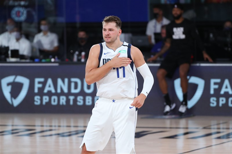 NBA達拉斯獨行俠後衛唐西奇,22日繳出13分、10籃板與10助攻,是NBA史上第3「幼齒」的大三元先生。(圖取自twitter.com/dallasmavs)