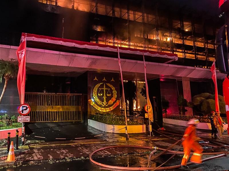印尼最高檢察署22日晚間發生火災,火勢延燒到23日凌晨才逐漸獲得控制。(安納杜魯新聞社)