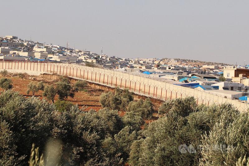中華民國政府出資興建的台灣-雷伊漢勒世界公民中心大量運用隔開土耳其和敘利亞的預鑄混凝土牆。圖為土、敘邊界,圍牆另一側為敘利亞伊德利布省阿提瑪村,攝於7月4日。中央社記者何宏儒雷伊漢勒攝 109年8月25日