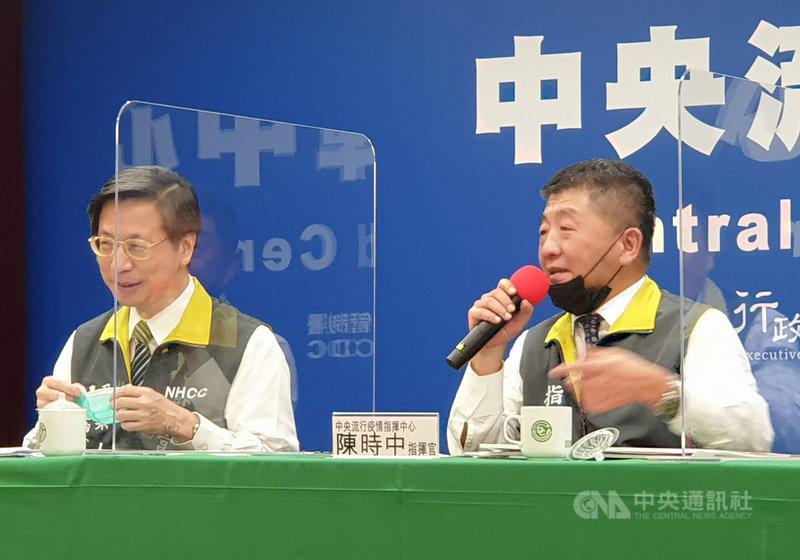 中央流行疫情指揮中心指揮官陳時中(右)26日在記者會上說「笑話」,他說不知道是不是因為老了,最近常把口罩掛下巴但卻一直找,引發台下媒體笑稱「初老」。中央社記者陳偉婷攝 109年8月26日
