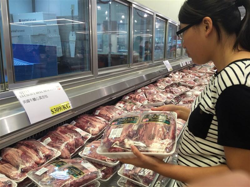 美豬美牛問題爭議已久,蔡總統28日宣布訂豬肉的瘦肉精標準,並鬆綁美牛輸台門檻。圖為民眾在賣場選購美國牛肉。(中央社檔案照片)