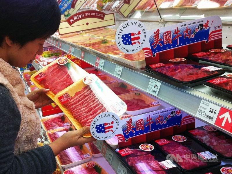 美國貿易代表萊特海澤6月表示,解決美豬美牛進口限制,對加深美台貿易關係至關重要。圖為民眾在賣場選購美國牛肉。(中央社檔案照片)