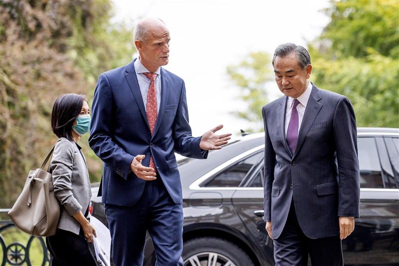 繼中國國務委員兼外長王毅(前右)訪問歐洲5國後,中共中央外事工作委員會辦公室主任楊潔篪9月1日將出訪。圖為王毅8月26日與荷蘭外長布洛克(前左)會面。(美聯社)