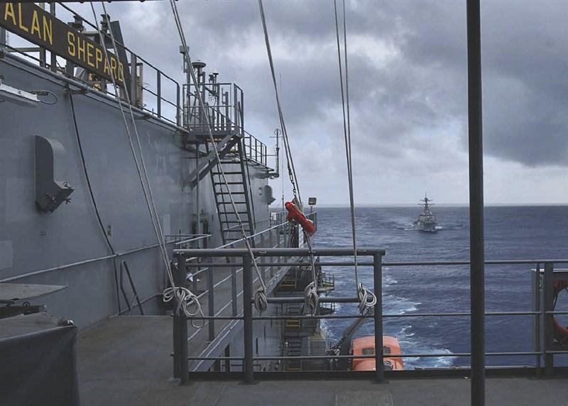 捷克參議院議長維特齊率團抵台之際,國防部31日表示,美軍一艘驅逐艦由北向南航經台灣海峽。圖為美軍30日在臉書分享班福特號驅逐艦(DDG-65,後)在海上進行補給任務照片。(圖取自facebook.com/7thfleet)