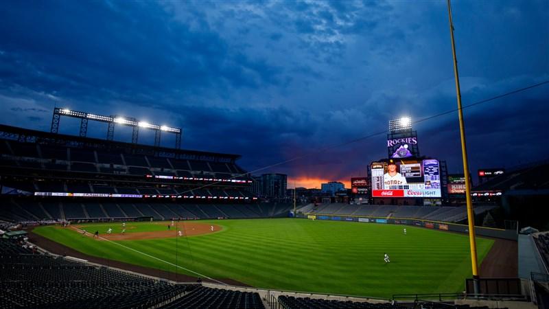 美國職棒大聯盟宣布,奧克蘭運動家一位成員武漢肺炎檢測呈陽性,運動家預定30日客場迎戰休士頓太空人的比賽延後舉行。圖為MLB比賽球場。(圖取自facebook.com/mlb)