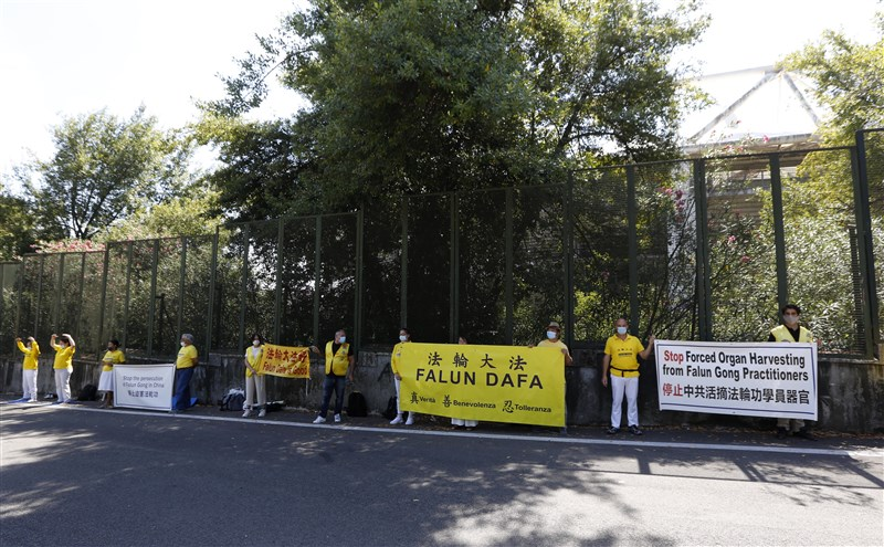 中國外交部長王毅與義大利外交部長迪馬尤25日會面前,民眾在義大利外交部前抗議。(安納杜魯新聞社)