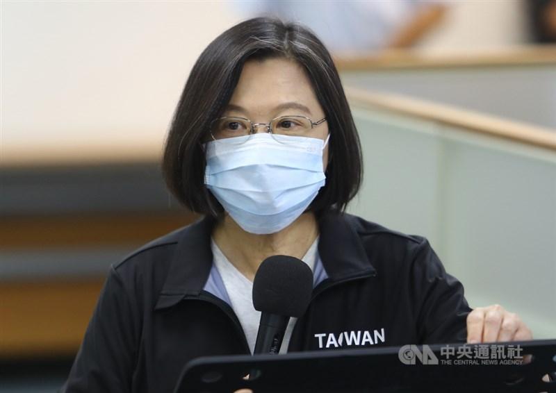民進黨2日舉行中常會,身兼黨主席的總統蔡英文會前接受媒體聯訪,回應新版護照等議題。中央社記者王騰毅攝 109年9月2日