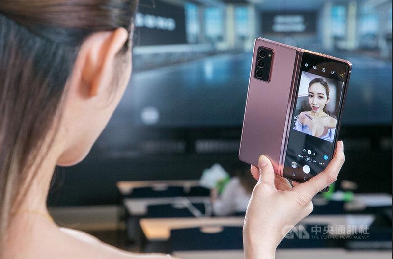 三星發表第3代摺疊行動裝置Galaxy Z Fold2,搭載6.2吋封面螢幕及7.6吋內頁螢幕,採用超薄可摺式玻璃。(三星提供)中央社記者江明晏攝 109年9月2日