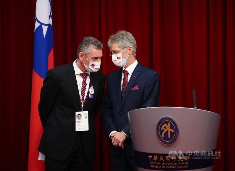 捷克參議院議長維特齊(右)3日與捷台商會會長狄維什(左)一同出席外交部聯合記者會,兩人在台上交換意見。中央社記者王騰毅攝  109年9月3日