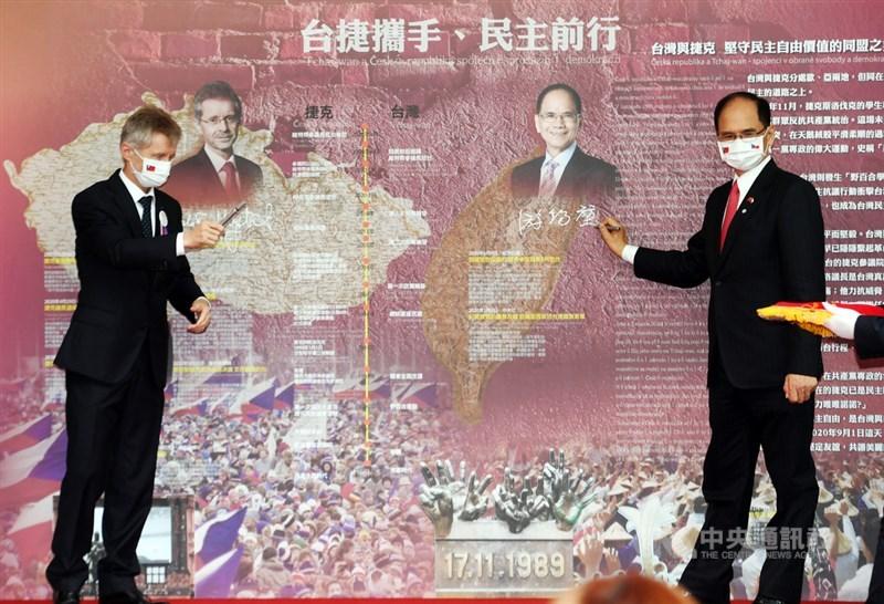 捷克參議院議長維特齊(左)1日受邀到立法院發表演說,會後與立法院長游錫堃(右)到院區內設置的「台捷攜手、民主前行」民主友誼牆簽名留念並合影。中央社記者施宗暉攝 109年9月1日