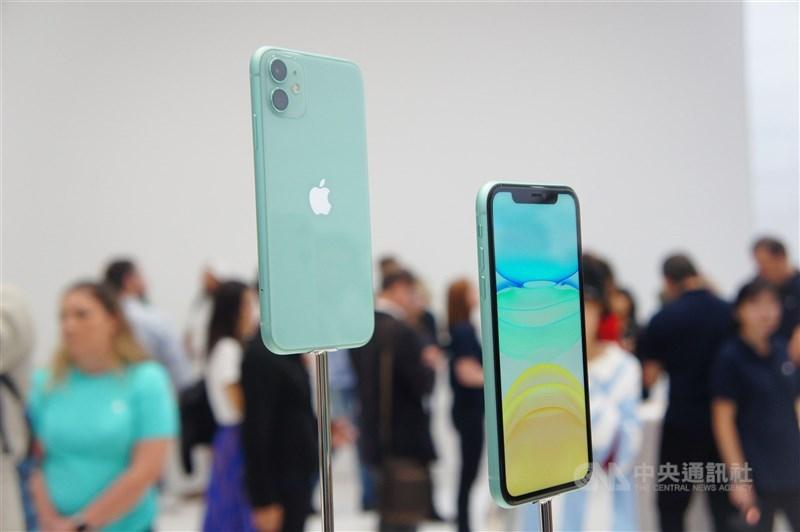 蘋果公司將於台灣時間14日凌晨1時舉行發表會,外界預期將推出iPhone 12系列。圖為搭載雙鏡頭的6.1吋綠色iPhone 11。(中央社檔案照片)
