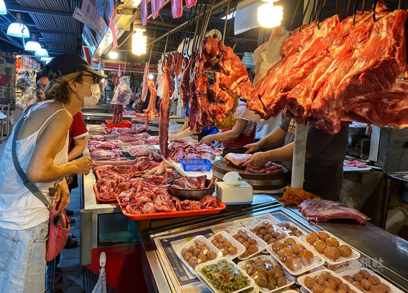 台北市議會法規委員會21日通過「台北市食品安全自治條例」修正案,增列含萊劑美豬不可在北市販售的裁罰金額。圖為民眾在市場購買豬肉。(中央社檔案照片)