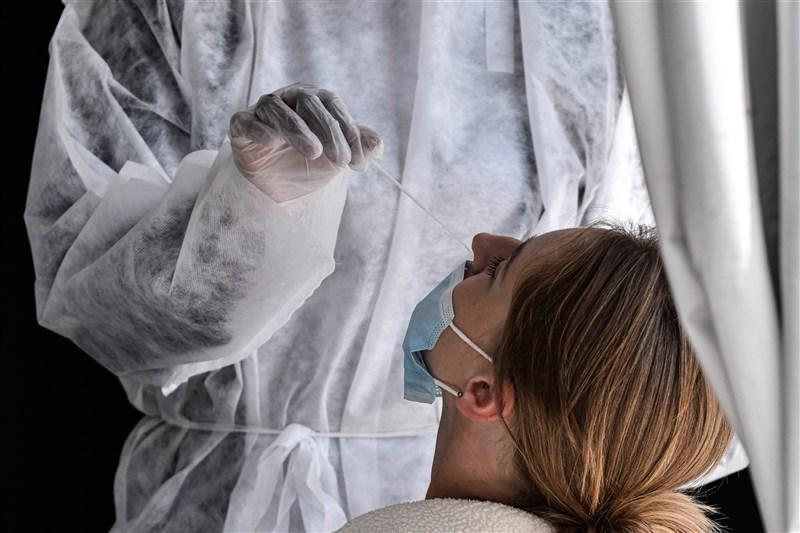 法國衛生部4日通報,過去24小時新增近9000起確診病例,創下法國3月爆發疫情以來的單日新高紀錄。圖為巴黎民眾進行病毒檢測。(安納杜魯新聞社)