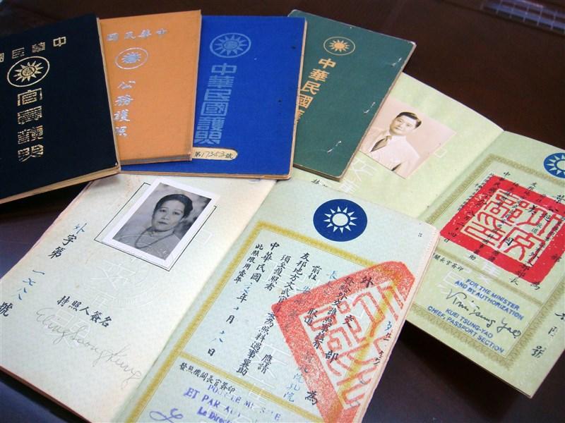 中華民國護照材質曾使用布面或絲絹,現則為硬紙。外交部領事事務局珍藏的老護照中,最早的是民國27年、前行政院長孔祥熙夫人宋藹齡的布面外交護照(前)。(中央社檔案照片)