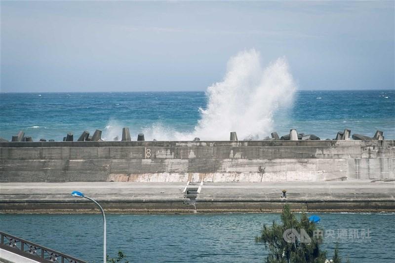 瘋狗浪好發於每年6月至11月,最常出沒在港口燈塔附近的防波堤、海堤邊消波塊(圖)、突出海岸的礁石、磯岩與靠近海邊的平台。(中央社檔案照片)
