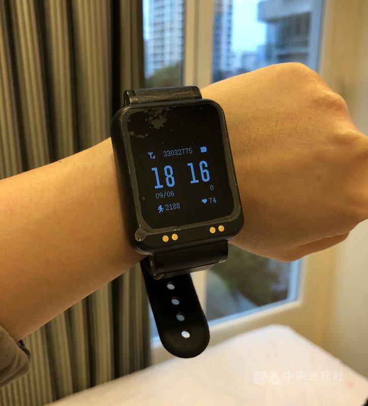 新加坡政府規定,入境者若不在指定地點隔離就須強制配戴電子追蹤器,隔離期間須24小時不離身。中央社記者侯姿瑩新加坡攝 109年9月7日