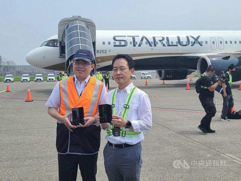 三星在台發表新一代摺疊旗艦機Galaxy Z Fold2 5G,攜手星宇航空打造包機,於9000英呎高空上體驗新機。圖為台灣三星電子總經理李大成(右)與星宇航空董事長張國煒(左)。中央社記者江明晏攝 109年9月8日