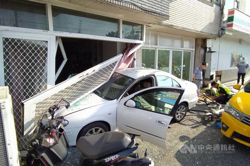 一輛白色自小客車8日行經台南市善化區一處路口時,突然失控衝撞路旁民宅,撞壞民宅大門並波及1輛計程車,幸好未釀傷亡。(讀者提供)中央社記者楊思瑞台南傳真  109年9月8日