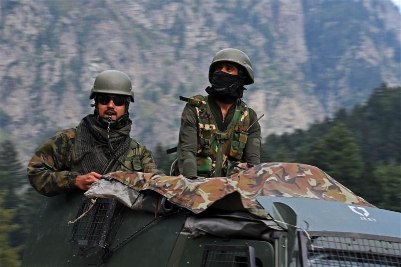 中國指控印度部隊7日在拉達克東部班公湖南岸越線且「鳴槍威脅」解放軍,印度陸軍8日發表聲明否認越線和開火,反控解放軍對空鳴槍恐嚇印軍。圖為印度士兵1日在拉達克邊境巡視。(安納杜魯新聞社)