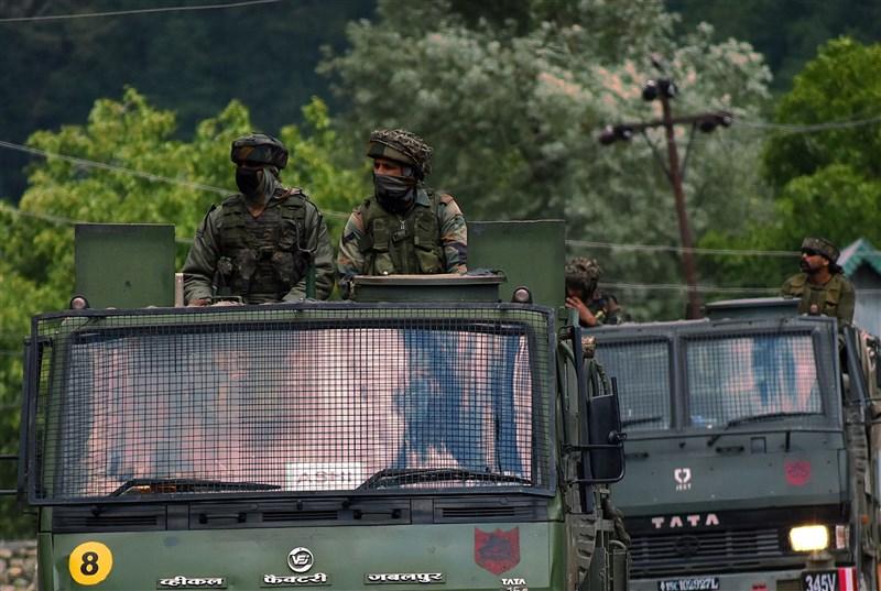 中國人民解放軍時隔8個多月,罕見承認去年6月與印度部隊在拉達克東部加萬谷發生的流血衝突。圖為印度陸軍車隊。(安納杜魯新聞社)