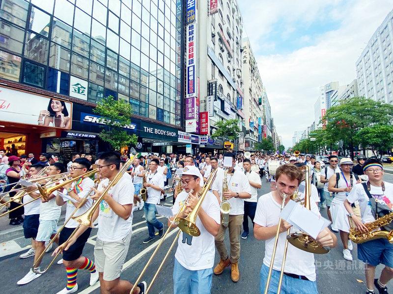 彩虹城市管樂團是由一群對LGBTQ+族群友善且熱愛管樂的人士組成,今年迎接5週年,19日將在新北市舉辦「英雄們」HEROES音樂會,要向一路上為樂團付出,為平權付出的無名英雄們致敬。(彩虹城市管樂團提供)中央社記者趙靜瑜傳真  109年9月9日