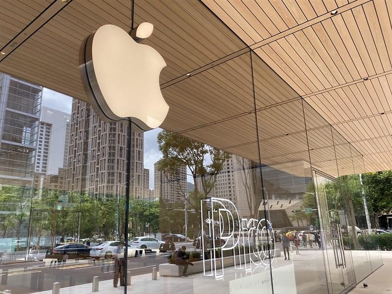 日媒報導,蘋果公司將於9月中開始生產5G iPhone,把耽誤的生產期程從幾個月縮短至幾週。圖為位於台北的蘋果直營店。(中央社檔案照片)