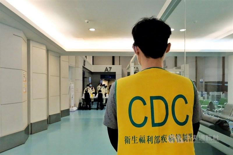 疫情指揮中心13日宣布,即日起放寬外籍配偶及未成年子女入境申請,中港澳地區也適用。圖為桃園機場檢疫情形。(中央社檔案照片)