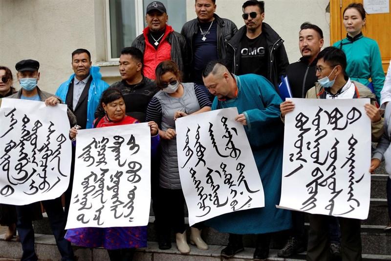 內蒙古官方近期強推漢語教育,引發民間示威浪潮。媒體報導,過去一週至少已有23名抗議人士遭到逮捕。圖為8月31日示威者用蒙古文字簽名以示抗議。(路透社)