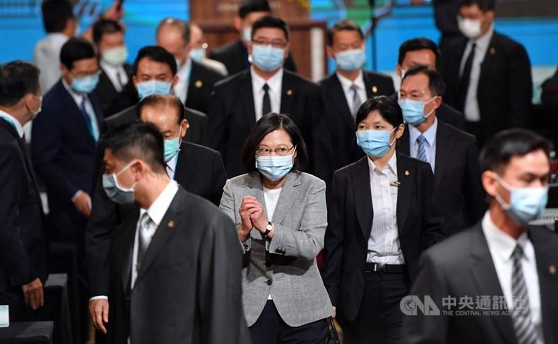總統蔡英文(中)8日在台北君悅酒店出席「凱達格蘭論壇-2020亞太安全對話開幕典禮」,蔡總統離場前,向與會者拱手致意。中央社記者王飛華攝 109年9月8日