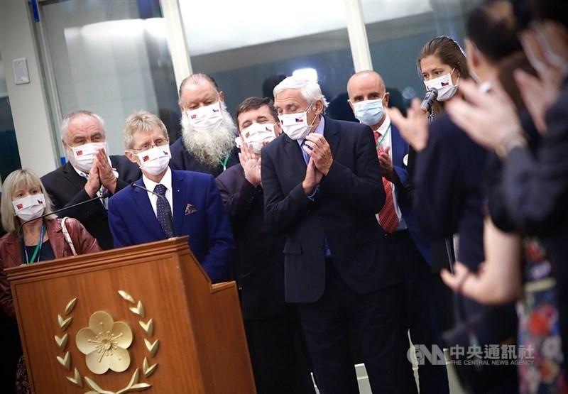 捷克業界人士說,中國對隨捷克參議院議長維特齊(前左2)訪台企業報復早在預料中,但如此幼稚還是令人驚訝。圖為捷克訪問團4日晚間搭機離台前,維特齊致詞感謝台灣外交部及相關政府人員協助安排此次行程。中央社實習記者曾守一攝 109年9月5日