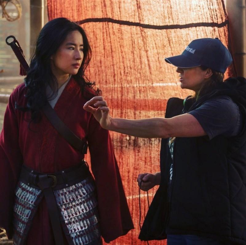 迪士尼電影花木蘭遭抨擊間接支持中國政府迫害維吾爾族,迪士尼財務長10日回應紛爭,並表示電影拍攝多在紐西蘭。圖為花木蘭拍攝過程。(圖取自facebook.com/WaltDisneyMulan)