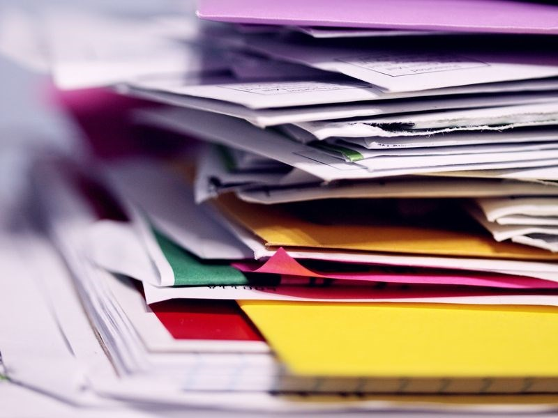 整理工作空間時,文件通常是最耗時的一類,日本整理達人近藤麻理惠認為整理文件的基本原則是「全部丟掉」。(示意圖/圖取自Unsplash圖庫)