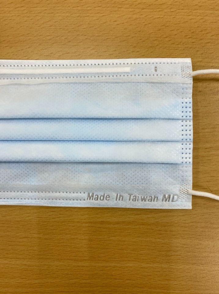 中央流行疫情指揮中心日前宣布,17日起民眾實名制購入的口罩會印有MD和Made In Taiwan鋼印。(圖取自善存罩護您臉書網頁facebook.com)