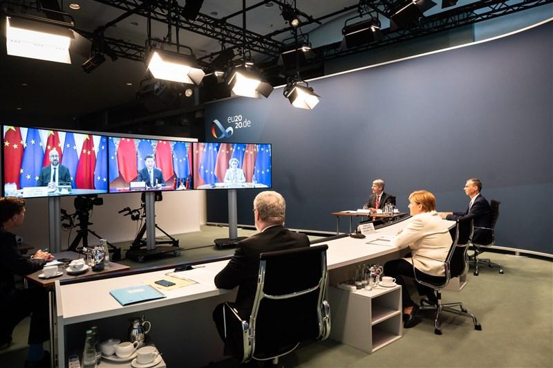 中國國家主席習近平(後中)14日晚間與德國總理梅克爾(右2)、歐洲理事會主席米歇爾(後左)、歐盟執委會主席范德賴恩(後右)舉行視訊峰會。(圖取自twitter.com/RegSprecher)