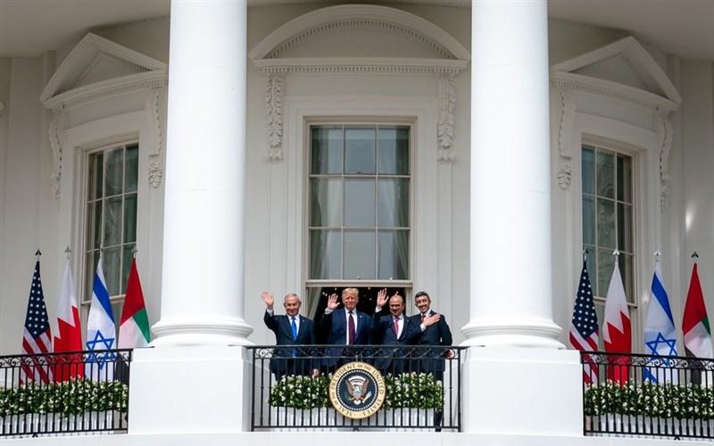阿拉伯聯合大公國和巴林15日在美國總統川普(左2)主持的儀式中,與以色列簽署關係正常化協議。(圖取自twitter.com/realDonaldTrump)
