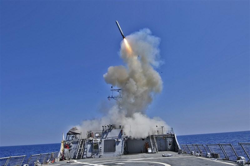 路透社報導,4名知情人士表示,美國計劃對台灣出售7項主要武器系統,包括水雷、巡弋飛彈和無人機。圖為戰斧巡弋飛彈。(圖取自美國海軍Flickr,作者Jonathan Sunderman)