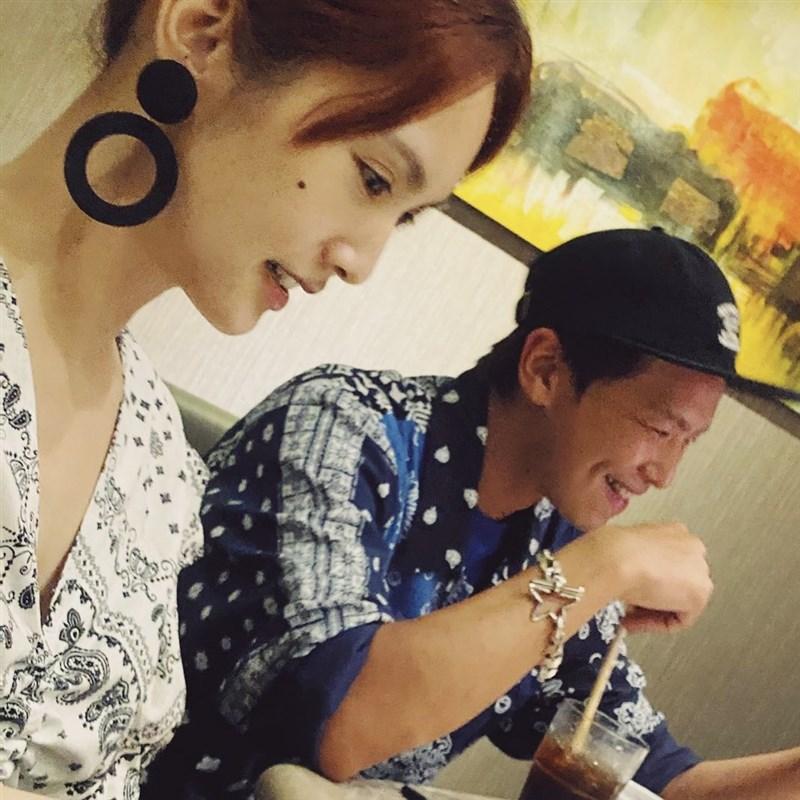 藝人黃鴻升(右)驟逝,初戀女友楊丞琳(左)16日深夜難眠在社群網站寫下「不睡,我就夢不到你了」等字句,讓不少網友看得相當鼻酸。(圖取自facebook.com/0604rainie)