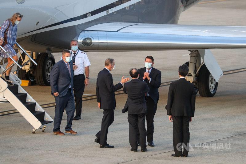 美國國務院次卿柯拉克(Keith Krach)(後右1)17日傍晚搭乘專機抵台,外交部次長曾厚仁(前右2)等人在松山機場迎接。中央社記者裴禛攝 109年9月17日