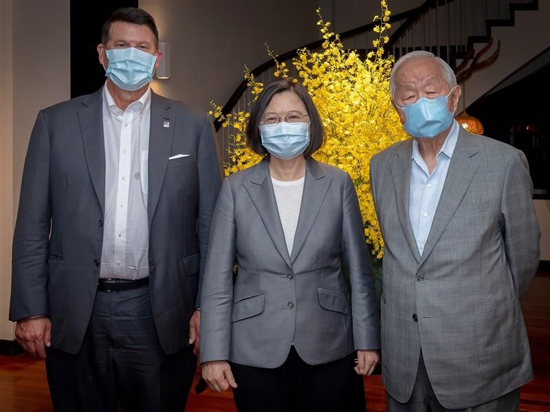 總統蔡英文(中)18日晚間於官邸宴請美國國務院次卿柯拉克(左),台積電創辦人張忠謀是唯一受邀的民間企業人士。(圖取自facebook.com/tsaiingwen)