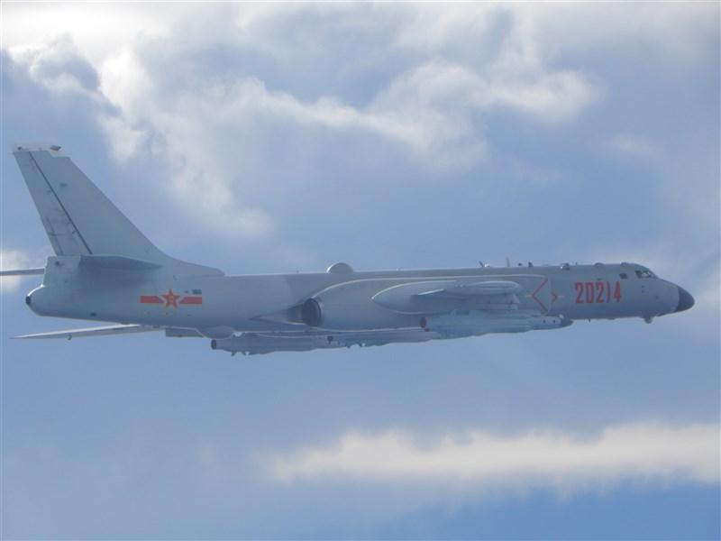 空軍司令部18日說,共軍上午共有2架轟6機(圖)、8架殲16機、4架殲11機,以及4架殲10機逾越海峽中線並進入台灣西南空域。(國防部提供)